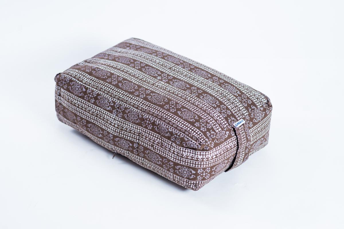 Pernă rectangulară YogaSat, maro cu modele albe